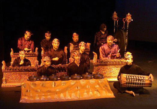 I Nyoman Wenten and members of Burat Wangi Gamelan